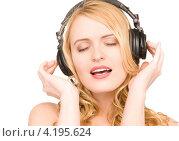 Купить «Счастливая молодая женщина слушает музыку в наушниках», фото № 4195624, снято 28 марта 2010 г. (c) Syda Productions / Фотобанк Лори
