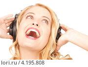Купить «Счастливая молодая женщина слушает музыку в наушниках», фото № 4195808, снято 28 марта 2010 г. (c) Syda Productions / Фотобанк Лори