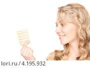 Купить «Привлекательная блондинка с таблетками в блистере в руке», фото № 4195932, снято 3 апреля 2010 г. (c) Syda Productions / Фотобанк Лори