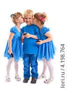 Купить «Дети с сотовыми телефонами. Любимчик получает поцелуи.», фото № 4198764, снято 11 января 2013 г. (c) Владимир Мельников / Фотобанк Лори