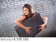 Купить «Девушка держит в руках старинный чемодан и смотрит в сторону», фото № 4199180, снято 6 августа 2012 г. (c) Irina Danilova / Фотобанк Лори