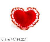 Купить «Красное сердце из бархата с кружевом на белом фоне», фото № 4199224, снято 7 января 2013 г. (c) Елена Силкова / Фотобанк Лори