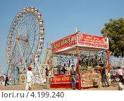 Люди веселятся в парке развлечений во время традиционной Верблюжьей ярмарки (мелы) в Пушкаре, Раджастан, Индия, 21 ноября 2012 года. Редакционное фото, фотограф крижевская юлия валерьевна / Фотобанк Лори