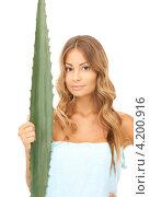Купить «Привлекательная молодая женщина с обнаженными плечами и широким зеленым листом на белом фоне», фото № 4200916, снято 14 августа 2010 г. (c) Syda Productions / Фотобанк Лори
