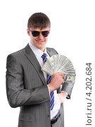 Купить «Молодой бизнесмен держит в руке веер из стодолларовых купюр», фото № 4202684, снято 23 декабря 2012 г. (c) Сергей Лаврентьев / Фотобанк Лори