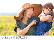 Веселая дочь на руках у смеющейся мамы. Стоковое фото, фотограф Дарья Петренко / Фотобанк Лори