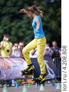 Купить «Дарья Кузнецова выполняет элемент слалома на роликовых коньках», фото № 4208808, снято 21 июля 2012 г. (c) Станислав Фридкин / Фотобанк Лори