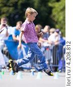 Купить «Слава Скурихин выполняет элемент слалома на роликах», фото № 4208812, снято 21 июля 2012 г. (c) Станислав Фридкин / Фотобанк Лори