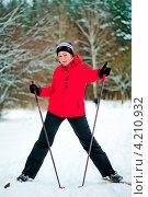 Купить «Девушка на лыжах в лесу», фото № 4210932, снято 7 января 2013 г. (c) Константин Лабунский / Фотобанк Лори