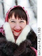 Портрет  женщины в шубе и платке в зимнем лесу. Стоковое фото, фотограф Понятова Юлия / Фотобанк Лори
