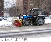 Купить «Трактор убирает снег, улица Курганская, район Гольяново, Москва», эксклюзивное фото № 4211480, снято 8 декабря 2012 г. (c) lana1501 / Фотобанк Лори