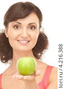 Купить «Молодая привлекательная брюнетка держит в руке зеленое яблоко», фото № 4216388, снято 21 августа 2010 г. (c) Syda Productions / Фотобанк Лори