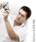 Купить «Молодой мужчина фотографирует на старую пленочную фотокамеру», фото № 4216392, снято 11 ноября 2007 г. (c) Syda Productions / Фотобанк Лори