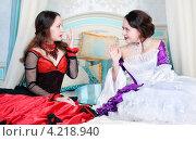 Купить «Две сестры в старинных платьях», фото № 4218940, снято 14 октября 2012 г. (c) Darkbird77 / Фотобанк Лори
