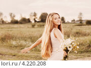 Купить «Красивая  длинноволосая девушка с цветами в поле», фото № 4220208, снято 15 апреля 2019 г. (c) Майя Крученкова / Фотобанк Лори