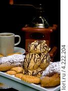 Купить «Сладкая выпечка, чашка и кофейная мельница», фото № 4222204, снято 22 января 2013 г. (c) Ласточкин Евгений / Фотобанк Лори
