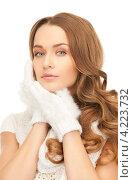 Купить «Очаровательная молодая женщина в вязаных рукавицах на белом фоне», фото № 4223732, снято 10 октября 2010 г. (c) Syda Productions / Фотобанк Лори