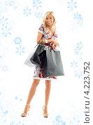 Купить «Счастливая покупательница с пакетами в руках после прогулки по магазинам», фото № 4223752, снято 15 августа 2006 г. (c) Syda Productions / Фотобанк Лори