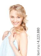 Купить «Очаровательная молодая женщина в мягком полотенце на белом фоне», фото № 4223880, снято 3 апреля 2010 г. (c) Syda Productions / Фотобанк Лори