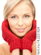 Купить «Очаровательная молодая женщина в вязаных рукавицах на белом фоне», фото № 4223924, снято 30 октября 2010 г. (c) Syda Productions / Фотобанк Лори