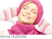 Купить «Очаровательная молодая женщина в вязаных рукавицах на белом фоне», фото № 4223932, снято 30 октября 2010 г. (c) Syda Productions / Фотобанк Лори