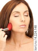 Купить «Привлекательная молодая брюнетка наносит макияж на лицо косметической кистью», фото № 4224148, снято 6 ноября 2010 г. (c) Syda Productions / Фотобанк Лори