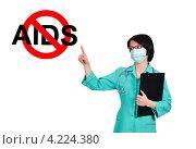 """Женщина врач в защитной маске указывает на перечеркнутое слово """"AIDS"""" Стоковое фото, фотограф Виталий Китайко / Фотобанк Лори"""