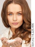 Купить «Стильная молодая женщина со снегом в ладонях», фото № 4225496, снято 10 октября 2010 г. (c) Syda Productions / Фотобанк Лори