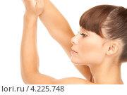 Купить «Привлекательная молодая брюнетка с ухоженной кожей на белом фоне», фото № 4225748, снято 27 июня 2010 г. (c) Syda Productions / Фотобанк Лори