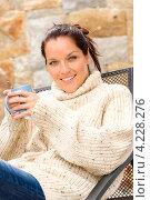 Купить «Улыбающаяся брюнетка в свитере с кружкой», фото № 4228276, снято 23 сентября 2012 г. (c) CandyBox Images / Фотобанк Лори