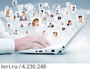 Мужские руки на клавиатуре современного белого ноутбука на фоне фотографий пользователей соцсетей, соединенных в виде схемы. Стоковое фото, фотограф Sergey Nivens / Фотобанк Лори