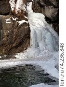 Сквозь корку льда слышен шум водопада на горной реке Кынгарге. Стоковое фото, фотограф Виктория Катьянова / Фотобанк Лори