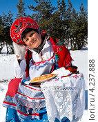 Купить «Румяная женщина в русском сарафане и кокошнике с блинами сидит на снегу и держит поднос с блинами. Масленица», фото № 4237888, снято 20 июня 2019 г. (c) Светлана Кузнецова / Фотобанк Лори