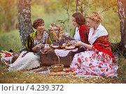 Купить «Три красивые девушки в русских костюмах», фото № 4239372, снято 12 сентября 2012 г. (c) Алена Роот / Фотобанк Лори