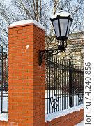 Купить «Уличный фонарь в старинном стиле на заборе из красного кирпича», фото № 4240856, снято 20 января 2013 г. (c) Сергей Трофименко / Фотобанк Лори