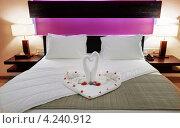 Купить «Композиция в виде лебедей с цветами на кровати для молодоженов в гостиничном номере», фото № 4240912, снято 20 ноября 2012 г. (c) Сергей Галушко / Фотобанк Лори