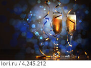 Купить «Пара бокалов шампанского на синем фоне с эффектом боке», фото № 4245212, снято 2 октября 2012 г. (c) Sergey Nivens / Фотобанк Лори