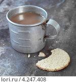 Купить «Металлическая кружка чая и кусочек крекера», фото № 4247408, снято 26 июня 2019 г. (c) Food And Drink Photos / Фотобанк Лори