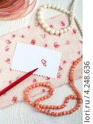 Любовная записка, открытка на лень святого Валентина в рустикальном стиле с коралловыми бусами. Стоковое фото, фотограф Попкова Ольга / Фотобанк Лори