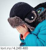 Мальчик в зимней одежде плачет на улице. Стоковое фото, фотограф Римма Зайцева / Фотобанк Лори