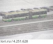 Купить «Автобус идет по дороге во время сильного снегопада, улица Новокосинская, район Новокосино, Москва», эксклюзивное фото № 4251628, снято 29 января 2013 г. (c) lana1501 / Фотобанк Лори