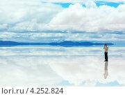 Мужчина стоит на отражающей поверхности озера и разговаривает по телефону (2013 год). Стоковое фото, фотограф Dmitry Burlakov / Фотобанк Лори