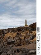 Купить «Маяк на каменистом берегу», фото № 4252888, снято 4 мая 2012 г. (c) Юлия Бабкина / Фотобанк Лори