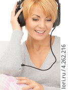 Купить «Счастливая женщина в пижаме слушает музыку в наушниках дома», фото № 4262216, снято 26 сентября 2010 г. (c) Syda Productions / Фотобанк Лори