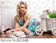 Светловолосая девушка в платье позирует на полу (2013 год). Редакционное фото, фотограф Котова Мария / Фотобанк Лори