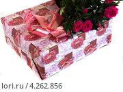 Купить «Коробка с подарком и букет красных роз», фото № 4262856, снято 25 января 2013 г. (c) Елена Силкова / Фотобанк Лори