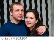 Купить «Счастливая семья. Симпатичные парень и девушка стоят в обнимку», эксклюзивное фото № 4263964, снято 2 февраля 2013 г. (c) Игорь Низов / Фотобанк Лори