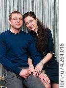 Купить «Счастливая семья. Молодые муж и жена на фоне полосатой стены», эксклюзивное фото № 4264016, снято 2 февраля 2013 г. (c) Игорь Низов / Фотобанк Лори