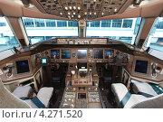 Купить «Пилотская кабина самолета Boeing B-777-300ER», эксклюзивное фото № 4271520, снято 9 октября 2012 г. (c) Александр Тарасенков / Фотобанк Лори