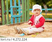 Купить «Двухлетний ребенок играет в песочнице», фото № 4272224, снято 4 июня 2012 г. (c) Яков Филимонов / Фотобанк Лори